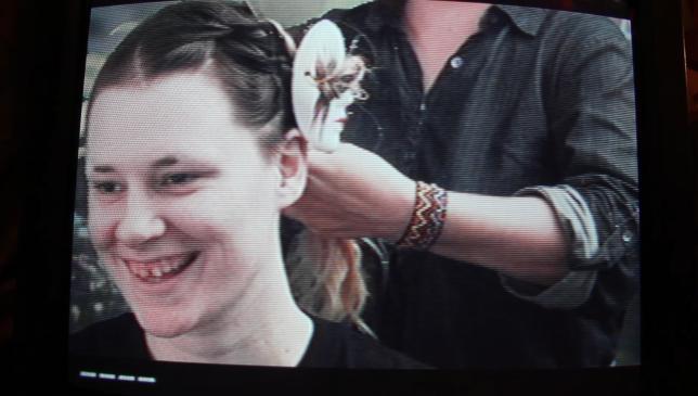 Eva demonstrating good hair technique - Pyragraph