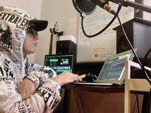 Eva Avenue making sounds on her DAW (digital audio workstation). - Pyragraph